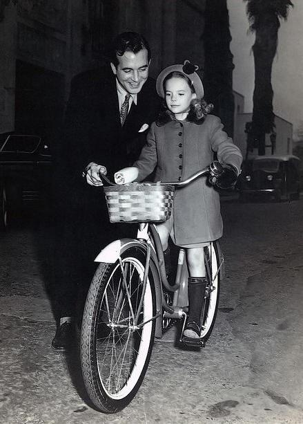 "John Payne & Natalie Wood behind the scenes while filming ""Miracle On 34th Street"" (George Seaton, 1947)"
