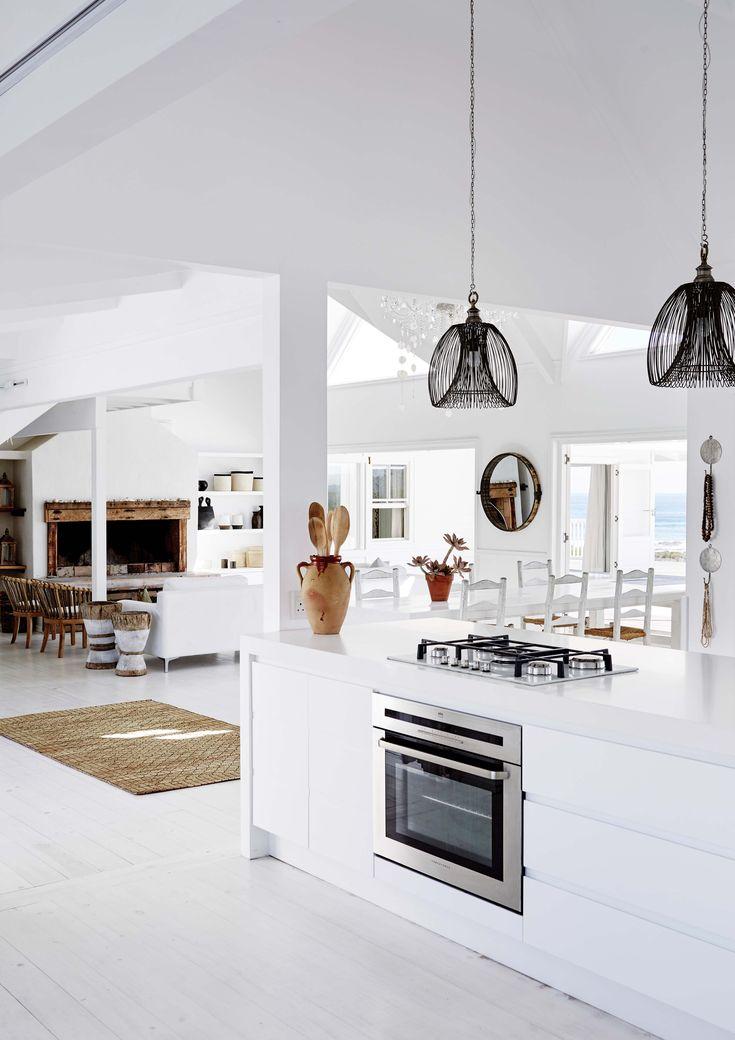 En la cocina de esta casa de fin de semana de Sudáfrica, el horno está empotrado en un desayunador que divide al ambiente del living comedor.