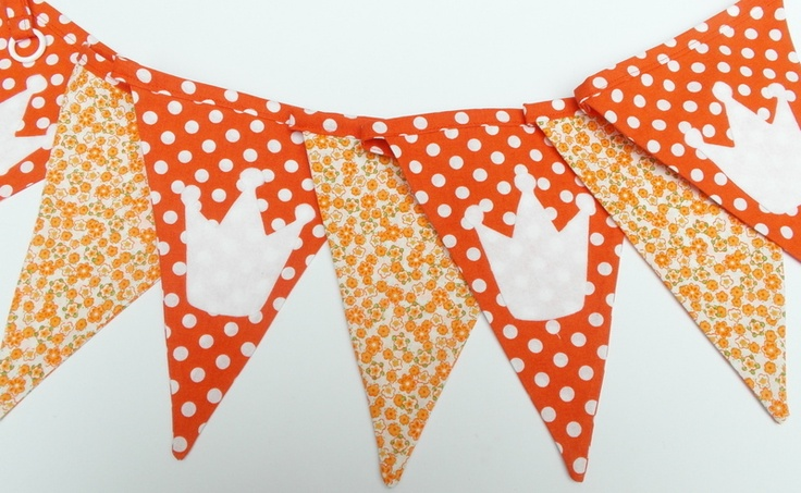 Oranje vlaggenlijn met kroontjes van vanjeanne via DaWanda.nl