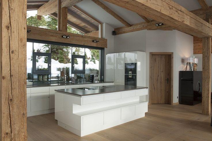 Edle grifflose Küche in weiß in Eigentumswohnung in Kitzbühel