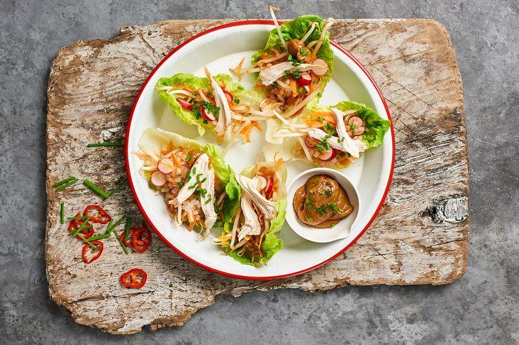 Finger Food leicht gemacht.  Satay ist in Südostasien allgegenwärtig. Zumeistwerden marinierte Fleischspiesse gegrillt und mit würziger Erdnusssauce serviert. Die Spiesschen lassen sich ebensowunderbar mit Geflügel als auch Shrimps oder Lamm zubereiten. Die Kombo aus Hühnchenund Peanut Sauce mit knackigem Gemüse ist dabei fastunschlagbar. Unser Crunchy Chicken Satay wird besonders leicht durch die Salatblätter als Basis statt