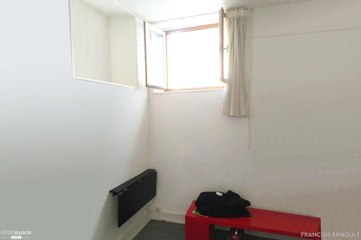 Idéalement situé à deux pas des Invalides, ce petit studio destiné à la location saisonnière est optimisé à l'extrême. Une hauteur sous plafond de 3m à rendu possible la création d'un lit mezzanine, permettant de consacrer un maximum de surface à la pièce à vivre.  Un palier, situé dans l'escalier qui mène à la mezzanine, a été créé dans le prolongement du plan de travail de la cuisine. Ce palier permet à la fois d'y loger un bureau mais également d'accéder à la fenêtre du stu...
