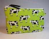 trousse pochette plate tissu fond vert imprimé de vaches noires et blanches : Trousses par mademoiselle-rose
