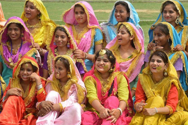 Ragazzine con gli abiti tradizionali del Punjab ad Amritsar. (NARINDER NANU/AFP/Getty Images)