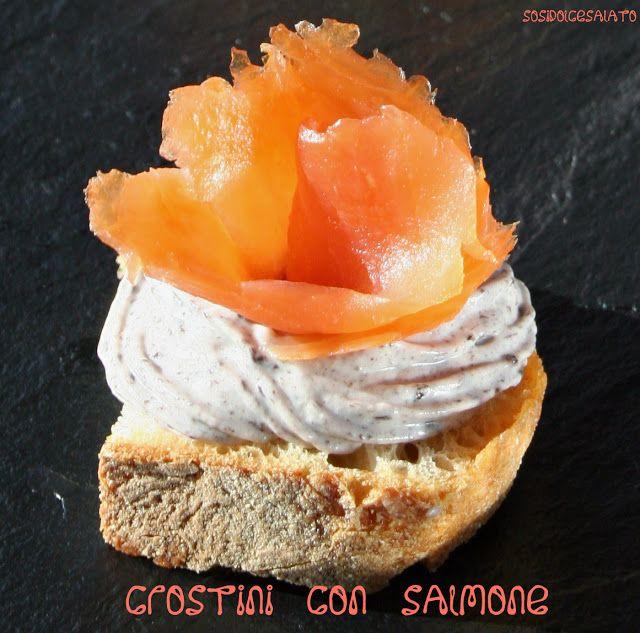 Crostini con Salmone e ricotta alle olive
