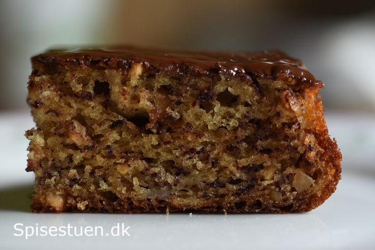 Svampet og lækker banankage med smeltet chokolade på toppen. Det er fredagskagen her i familien i dag :-) Helt enkel kage, der smager skønt! Jeg harkommet dampede Piemonte hasselnødder i kagen. De…