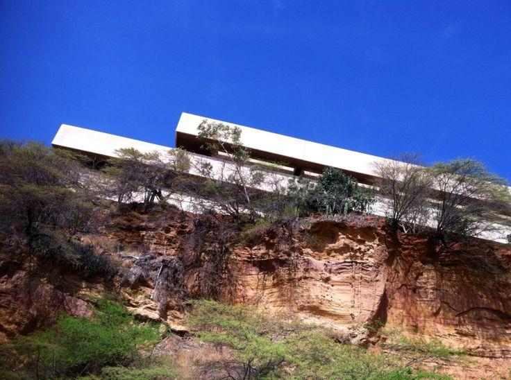 veo_veo, antigua sede del Banco de Maracaibo, sobre las formaciones de la Av. El Milagro.