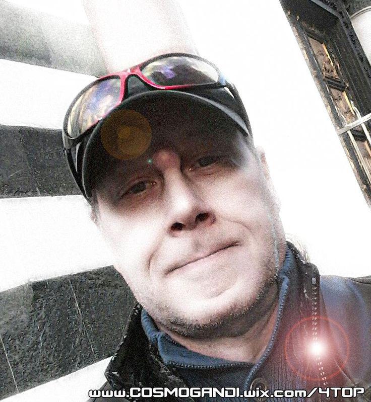 1977 - 2017 Una carriera di 40 anni, dal vivo come musicista LiveAct (circa 2000 ore all'anno, live sul fronte del palco) e autore di articoli radio/tv culturali, saggi e comunicati stampa, ricerche investigative anticensura e più 10 libri pianificati alla pubblicazione (di cui 4 già pubblicati in tedesco). INFO https://operauno.wordpress.com/autori/cosmo-gandi/