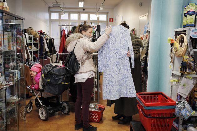 Helsinki kirppikset: Anna-Liisa Ahlblom tutkii takkia Omakirppis Kaboomissa.