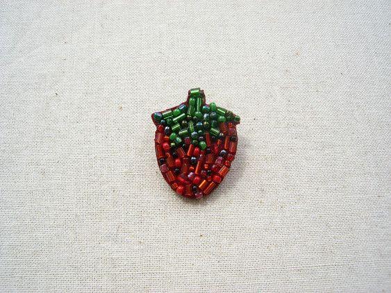 ★☆★オーダーを頂いてからの作成になります★☆★赤くて華奢なイチゴのブローチです。シャツやカットソーの胸元につけたり、クラッチバックにつけてもかわいいです^^... ハンドメイド、手作り、手仕事品の通販・販売・購入ならCreema。