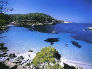 Las Salinas: populair, trendy, veel celebrities, veel party en beachclubs en vlakbij Ibiza-stad