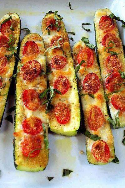 Courgettes farcies à la tomate mozza Couper les courgettes en deux. Enlever la chair. Badigeonner d'huile d'olive et à l'ail dessus ou de la poudre d'ail. Garnir de tranches de tomates, saler et poivrer au goût. Utilisez du fromage mozzarella ou parmesan. Cuire au four 180°C pendant 20 à 30 minutes.