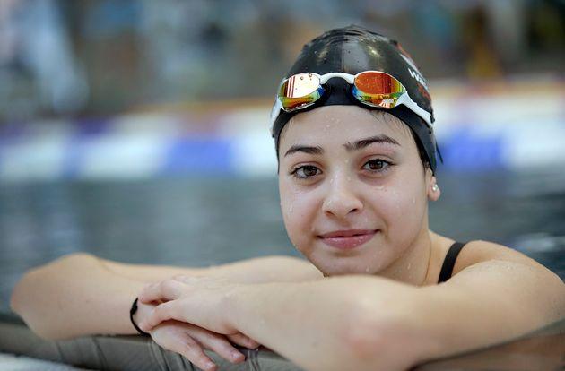 """""""Es duro pensar que eres una nadadora y que al final de cuentas terminarás muriendo en el agua (…) tuve que ser fuerte porque había niños en la lancha y no quería que se asustaran"""", Yusra Mardini, nadó para salvar su vida y la de 20 personas"""" Yusra Mardini"""