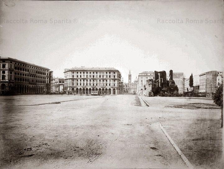 Piazza Vittorio Emanuele II prima della costruzione dei giardini, a destra i Trofei di Mario, sullo sfondo la Basilica di Santa Maria Maggiore Anno: 1872/74