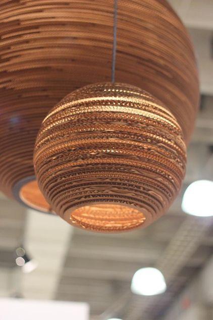 Prachtige lamp van golfkarton. Leuk om op te hangen in je duurzame kantoor #Duurzaam #Hergebruik