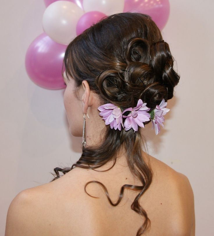 Félig feltűzött göndör fürtös frizura virágokkal