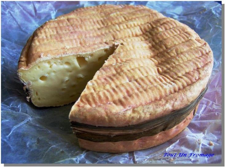 """Le Livarot - C'est un fromage au lait de vache, à pâte molle et croûte lavée, de couleur rougeâtre, d'une teneur en matière grasse d'un minimum de 40%. Toujours de forme cylindrique, il est fabriqué en quatre dimensions et son poids varie de 350 à 500 g. Il est entouré de 3 à 5 lanières appelées """"laîches"""" jadis en bois de saule, aujourd'hui en roseau ou en papier, d'où son surnom de """"Colonel"""". Il est présenté indifféremment nu ou dans une boîte en bois."""