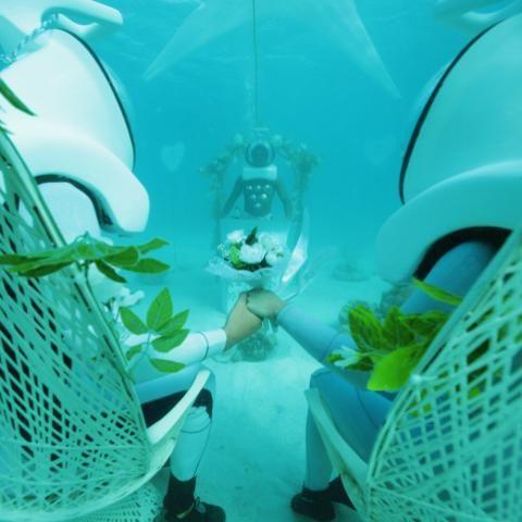 (VIDEO) Dos madrileños protagonizan primera boda submarina en laguna de Polinesia.