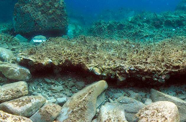 underwater-pompey2, Hallan la «Pompeya Submarina» en el fondo del mar Egeo. Los restos de un ancestral asentamiento en donde se destaca un completo taller de alfarería, ha sido descubierto en las costas del mar Egeo cercanas a la isla de Delos. Bautizadas por los medios con el nombre de la «La Pequeña Pompeya Submarina», las estructuras yacen a una profundidad de solo 2 metros.  En el pasado se creía que estos restos podrían pertenecer a un antiguo puerto, pero una nueva investigación…