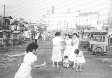 池袋のバラックが区画整理によって壊され整地される昭和60年です。向うにサンシャイン・ビルが見えます