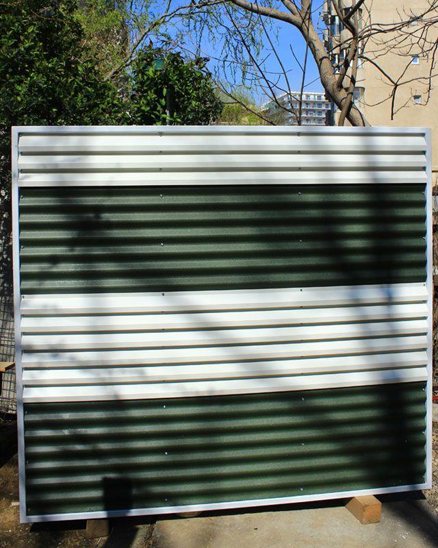Panou gard metalic din gama de culori alb-verde.