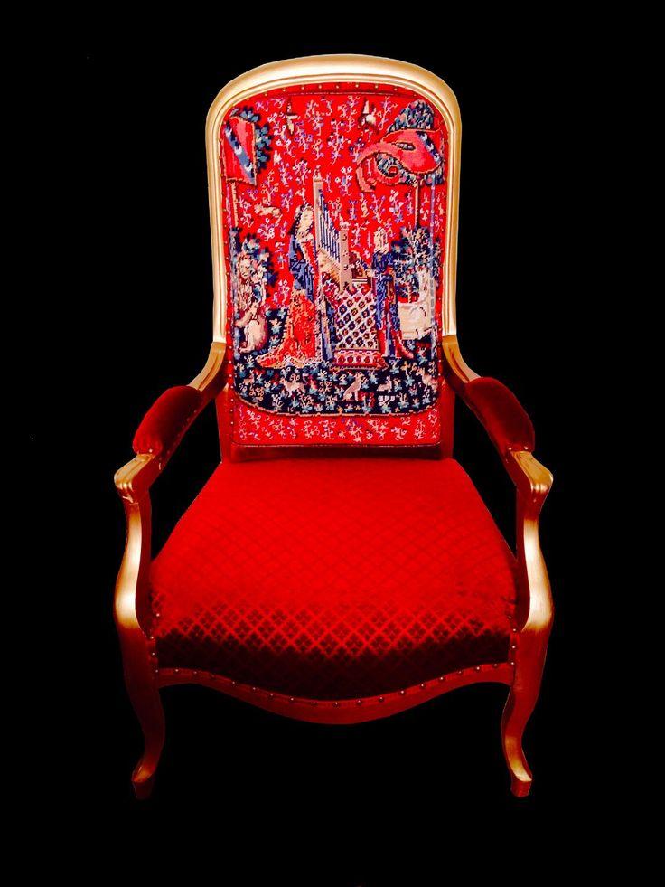 Fauteuil LA DAME À LA LICORNE, /en vente/ bois peint doré et velours gaufré rouge, dossier en canevas par SophieLDesign