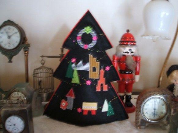 ちょっと早めのクリスマスツリーです。毎年作っていたツリーを、今年も作り始めました。クロと赤のフェルト4枚を使用しています。ラメ糸のミシンステッチに色々な生地で...|ハンドメイド、手作り、手仕事品の通販・販売・購入ならCreema。