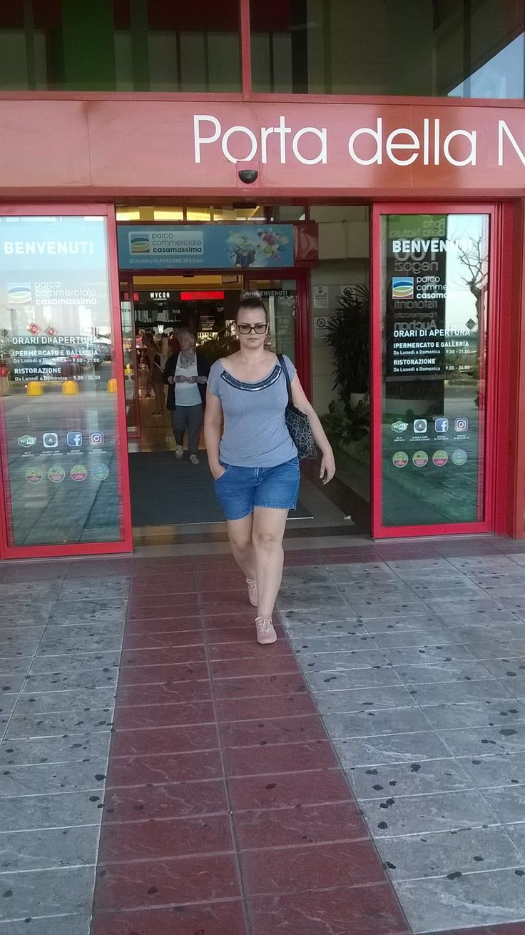 Look básico do básico para uma ida ao supermercado... o toque especial ficou por conta do coque alto super na moda.