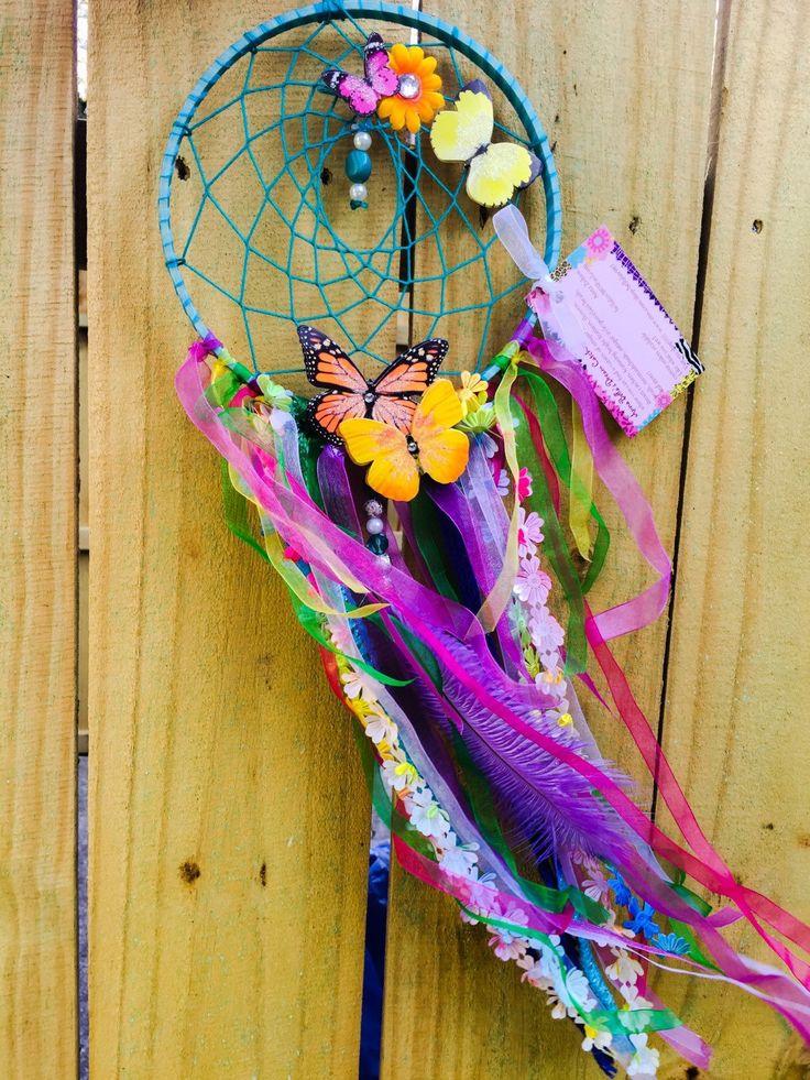Mooie en betoverende, ik moet zeggen dat dit is een van mijn favoriete ontwerpen tot nu toe!  * De dromenvanger is vol kleur en alle aardes levendige beauty.*  De vlinder, heldere bloemen, unieke kralen, zachte bungelende veren en een array van pastel en heldere linten maken deze droom-catcher echt adem nemen.  Het is betoverend met al haar prachtige kleuren en de positieve energieën.  * Details *  Dream catcher is elegant omwikkeld met een turquoise lint op een grote 7 inch velg, met een…