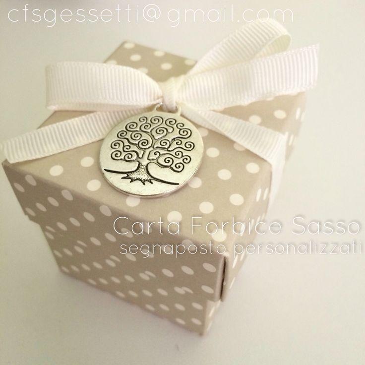 Albero della vita: scatola pois con confetti e ciondolo albero della vita argentato. Perfetto per un segnaposto.