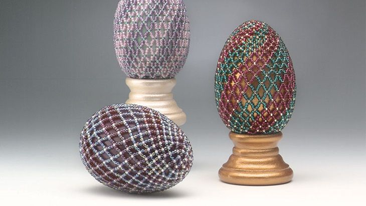 Learn how to make these Netted Easter Eggs by Diane Hertzler in our free project. These are spiral treasures that the Easter bunny won't want to hide! Bead netting. Free Easter project. Free jewelry making project. Bead&Button magazine. FacetJewelry.com. Facet Jewelry. Art Jewelry. Jewelry making.