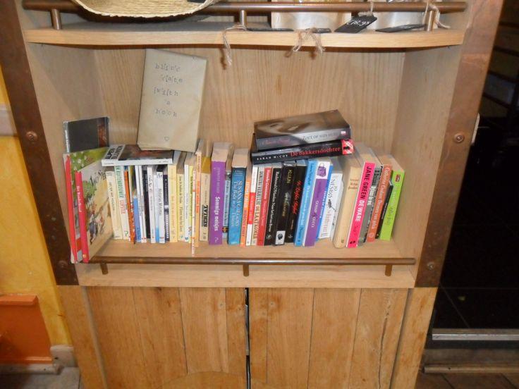 Bagels & Beans boekenplank, Over de Kelders, Leeuwarden.