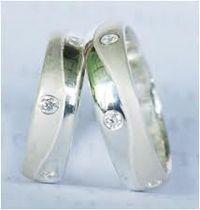 c- pall 29 spesifikasi  : bahan ( palladium ) berat   ( 10 gram ) sepasang  berlian ( 0,05 ct ) 3 butir harga ( Rp 4.300.000,- ) sepasang FREE grafir nama & kotak