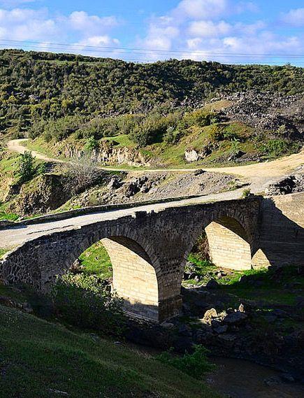 Hoca Seyfettin köprüsü/Kula/Manisa/// Kula ilçesine 15 km uzaklıkta Gediz nehri üzerine inşa edilen Hoca Seyfeddin köprüsü, halk arasında Boğaz Köprüsü veya  Bahas köprüsü olarak da bilinmektedir. Hoca Seyfeddin köprüsü 50 metre uzunluğunda 4,15 metre genişliğindedir. Köprünün 11 metre açıklığında,   8 metre yüksekliğinde iki büyük gözü olmakla birlikte, güney tarafında iki boşaltma gözü bulunmaktadır.