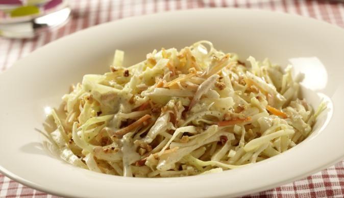 Cole Slaw ist der knackige Krautsalat aus den USA. Aus Weißkohl, knusprig gebratenen Haselnusskernen und knackigen Karottenstreifen