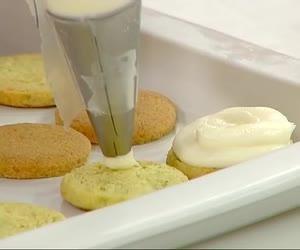 I frollini dama di Luca Montersino. Lo chef pasticciere ci delizia con questi dolcetti a base di frolla ai pistacchi, crema di formaggio e composta di prugne.