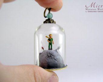 Colgante de mundo de miniatura - pie del Principito en su planeta con la rosa bajo una cúpula de cristal pequeño