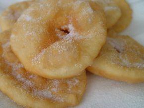 Tortas Fritas, masa hecha a base de harina de trigo, sal, agua y un chorrito de aceite o un trocito de grasa de cerdo y luego fritas en grasa y espolvoreadas con azúcar.-