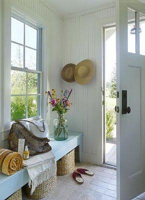 en remplaçant la fenêtre par un grand miroir !!!! J'aimmmmme ♥ paniers sous le banc pour les shoes