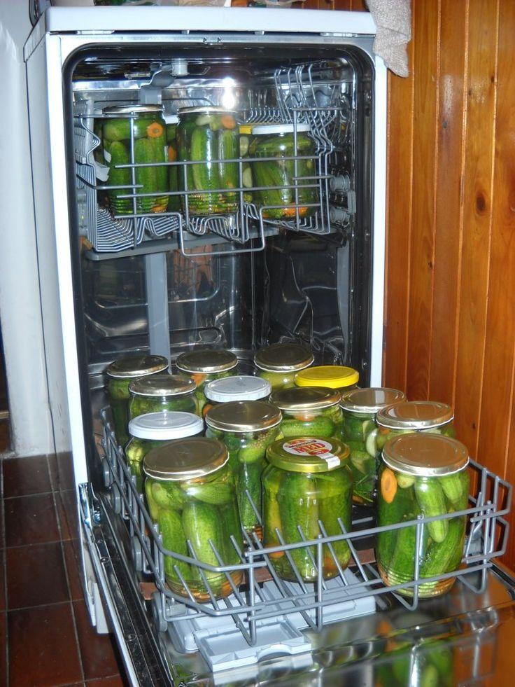 Ovoce či zeleninu zalejeme nálevem dle vlastní chutě či receptu, zavíčkujeme a vložíme do myčky. Spustíme nejdelší program - většinou je na 70 °C...