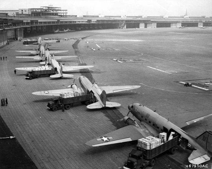 Berlin | Geteilte Stadt. Berliner Mauer C-47 Entladen in Tempelhof Flughaven während der Berliner Luftbrücke