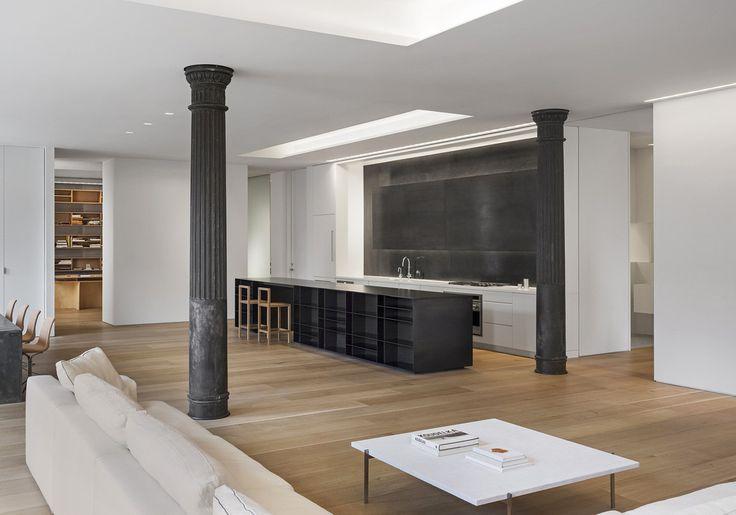 #frandgulo #interiordesign #дизайн #дизайнинтерьера #гостиная Декоративные колонны в оформлении гостиной, широкие дубовые доски на полу, элементы из стали и алюминия создают функциональную атмосферу квартиры.