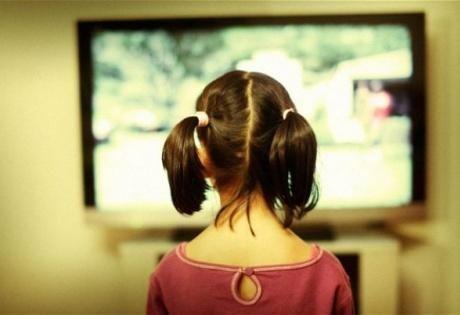 """Чем дольше ребенок сидит перед телевизором, тем хуже его успехи  Во время этого исследования ученые проанализировали данные 1300 школьников и сделали вывод: дети родителей, которые ограничивают время перед экраном, больше спят, у них снижается риск ожирения. А спустя 7 месяцев они начинают вести себя лучше, менее агрессивно.  Родители не замечают, как ребенок меняется каждый день  """"Мы — родители видим нашего ребенка каждый день и обычно не замечаем, как наш ребенок растет, а это весьма…"""
