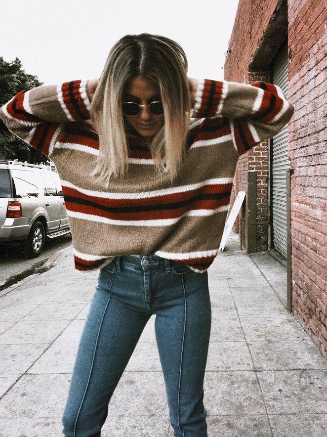 Gemütliches, von Herbst inspiriertes Outfit, senfgelb + rot gestreifter Pullover mit …