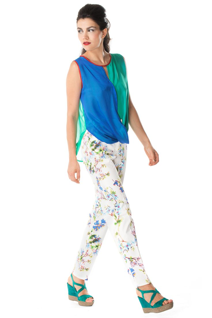 Bicolored blouse in silk with pattern trousers in cotton.