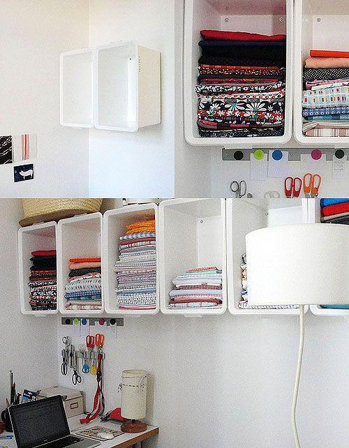 Las famosas cajas de plástico Slugi s Trofast  de Ikea se han utilizado para colocar y almacenar en la pared    Vía: roomservice   Más imág...