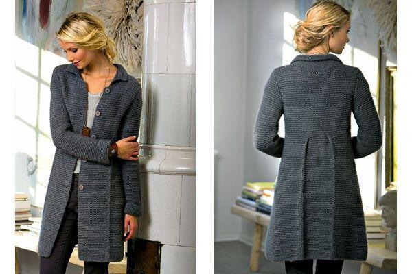 En enkel, retstrikket frakke med fine detaljer i form af læg både foran og bagpå. Frakken er strikket af et tyndt og robustuldgarn samt et let og luftigt garn af kidmohair og silke, der tilsammen giver et smukt luftigt udtryk