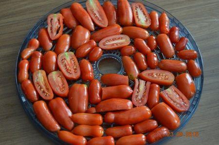 Ak počas sezóny už neviete čo s rajčinami, skúste skutočnú deliaktesu - sušené rajčiny nakladané v oleji.