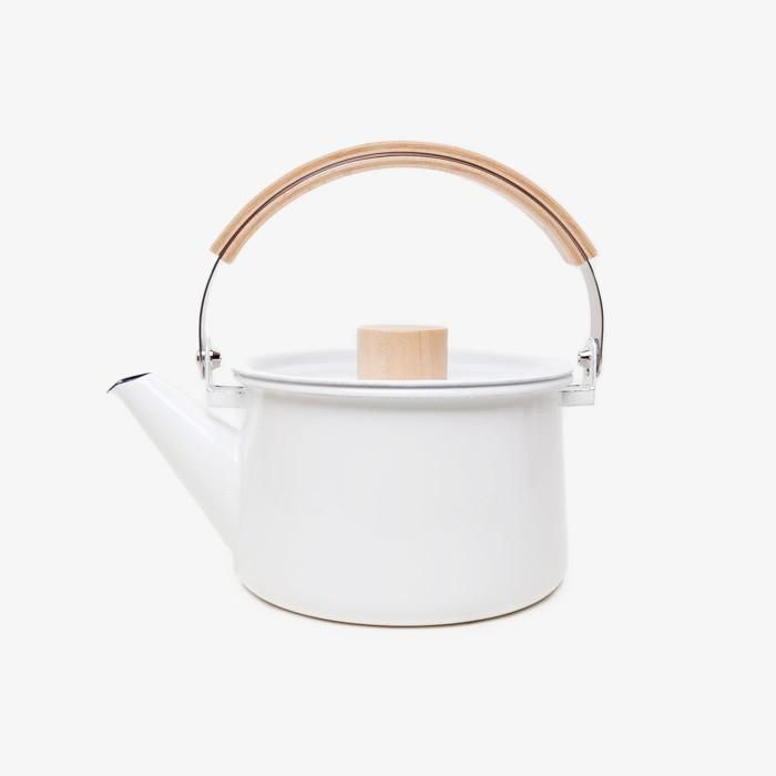 This white kettle from Tokyo-based designer Makoto Koizumi's 'Kaico' series is subtle and stylish. Made from enamel-coated steel, it features a beechwood handle and maple knob, altogether creating an attractive but warm contrast. This lovely piece...