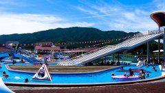 岩手県のグリーンピア三陸みやこ前身はグリーンピア田老って名前だったんだけどいま宮古市が経営していて温泉やホテルスポーツ施設が一通りそろっている施設 夏の間はおおきなプール施設がとっても魅力的 今年は月日から月日まで営業  温泉も魅力的でホテルの客室も全部の部屋から太平洋を眺めることができるというすごいところです 宿泊料金も公共だからリーズナブル 人で宿泊なら一人当たり3000円台というお得感満載なホテルです  tags[岩手県]